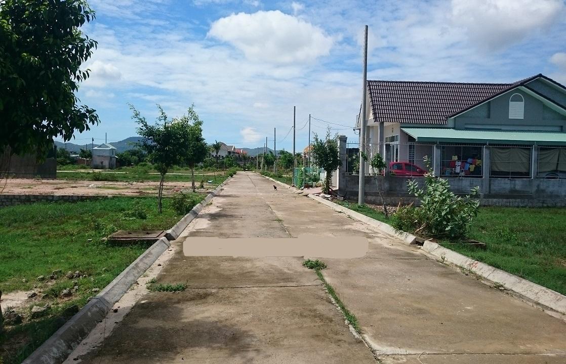 Cần bán  lô đất, sổ đỏ trao tay, tại đường 44A, gần cổng chào huyện Long Điền